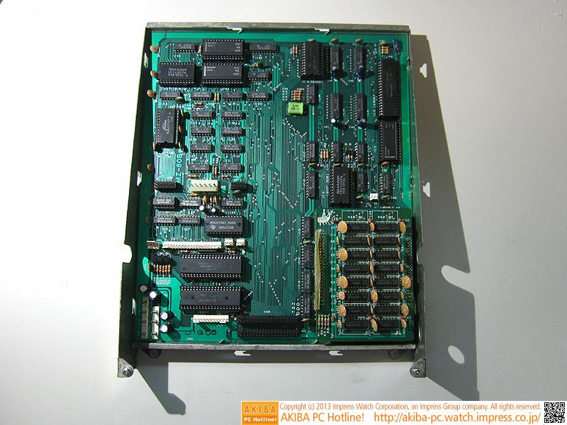 マザーボードです。主に右半分は演算系で、右上がCPU、右下がメインメモリです。写真ではサブボードの32KB分しか写っていないのですが、下に32KB分のメモリが隠れています。一方、左半分は映像系で、左上にはフォントが納められたCG-ROMや文字表示用S-RAM、左下には画面モードの変更や、アドレスが重なっているメインメモリとビデオメモリの切り替えを制御する周辺ICが集まっています。