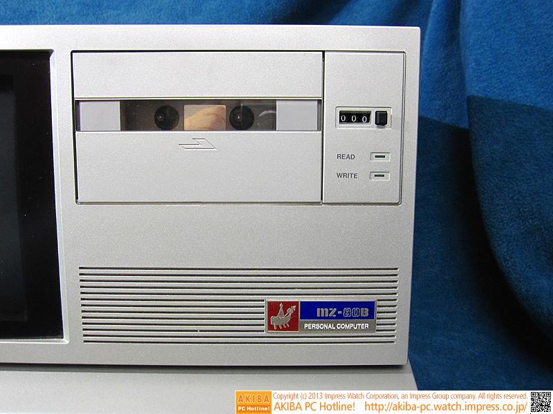 本体に内蔵されたカセットデッキ。記録速度は2,000ビット/秒です。3桁の数字はテープカウンターで、テープを再生すると増加します。この数値を覚えておけば、目的のプログラムが記録されているテープ位置に辿り着くための目安になります(頭出しとも呼ばれます)。MZ-80BではAPSSと呼ばれる、自動頭出し機能が搭載されており、その機能を活用することもできました。