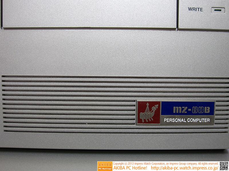 MZ-80Bのエンブレムロゴ。1982年11月にMZ-80B2というモデルが発売されましたが、外観は変わらず、エンブレムロゴの文字だけがMZ-80B2に変更されていました。