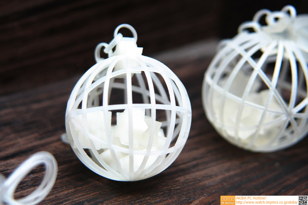 カゴ状の球の中に、星型のものが入ったもの。上部のチェーンは、あとから組み立てるのではなく、そのまま出力できる。削り出しでも鋳造でも絶対作れない
