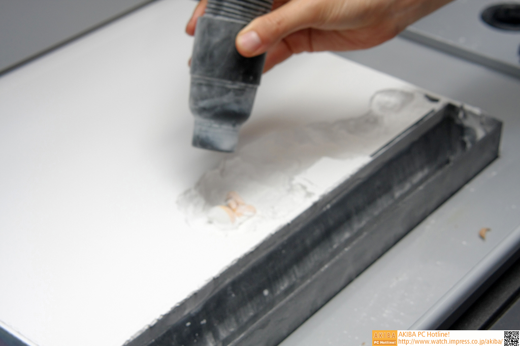石膏パウダーに埋まった造形を取り出す