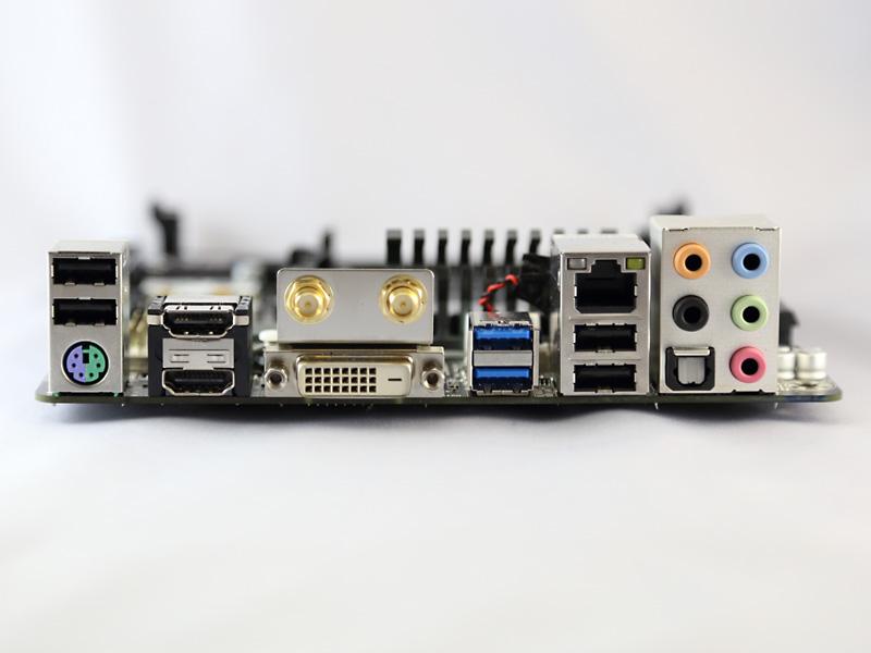 バックパネルIO。ディスプレイ出力はHDMI(v1.4a)2系統と、DVI-Dが1系統。DisplayPort非搭載なのが惜しい。
