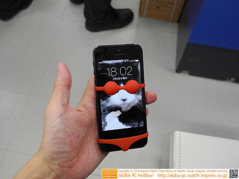 スマートフォンに着せる「ビキニ」型のモバイルホルダー。