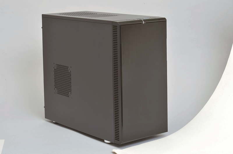 """小型マシンのトレンドは、""""ちょっと大きめ""""。大型ファンやクーラー、電源などが使え、大型マシンと同じようなCPUやビデオカードを利用できる。ただし、拡張性は低いので、パーツの選定や組み立ては腕の見せどころだ"""