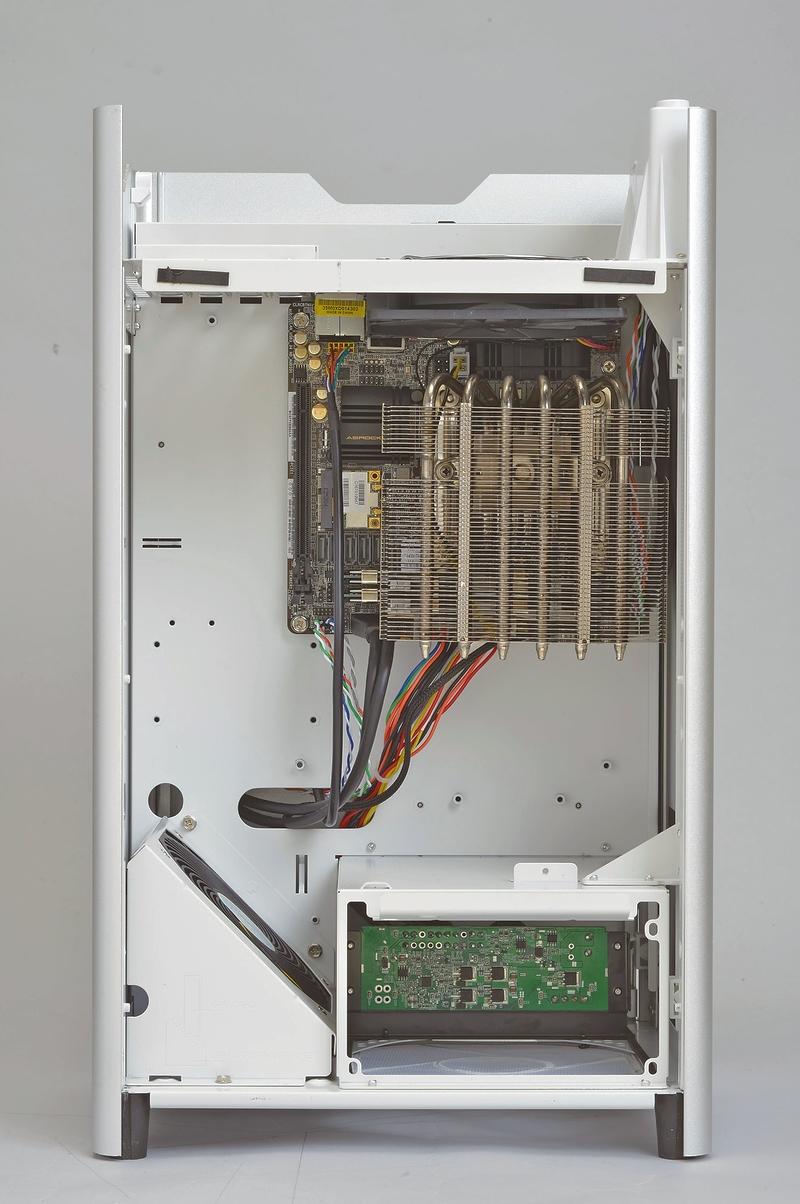 マザーボードはMini-ITX対応だが、内部のエアフロー(空気の流れ)に余裕を持たせるためにあえてワンサイズ大きなmicroATXケースを使用している