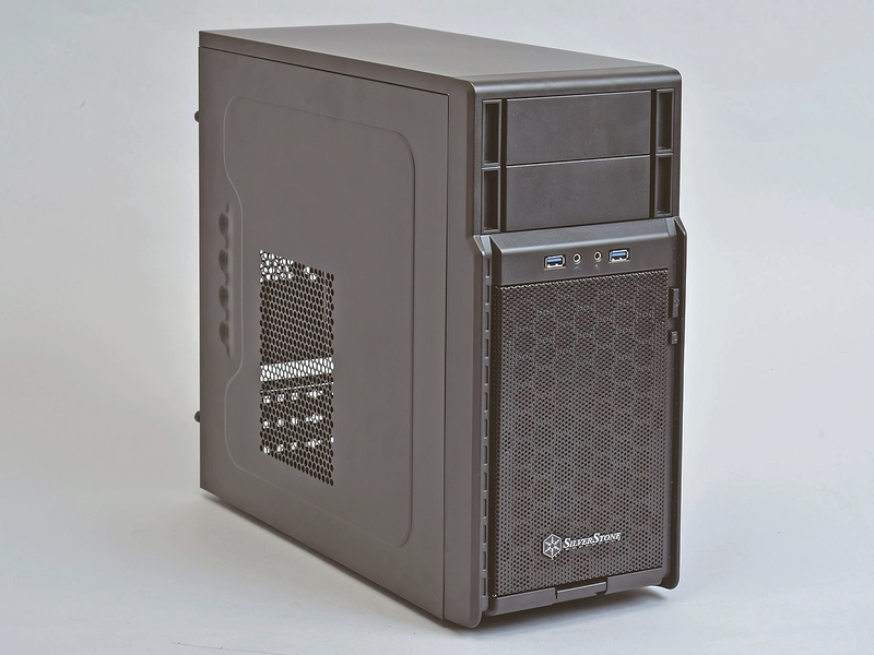 小ぶりなmicroATXケースだが、300Wの小型電源を使っているため内部スペースにも比較的余裕がある