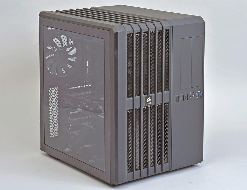 正面から見て左側にマザーボードやビデオカードを、右側に電源やストレージ類を設置するというユニークなケースを採用。CPUは簡易水冷クーラーで冷却している