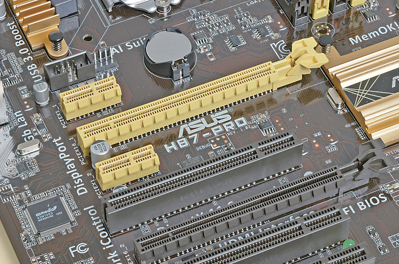 一番上の短い黄色いスロットがPCI Express x1、長い黄色いスロットがPCI Express x16、上から4つめの黒いスロットがPCI