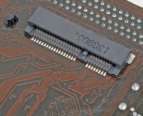 ノートPCでよく使われるmSATAソケットを搭載する製品もある。ケーブルなしでストレージを装着できる