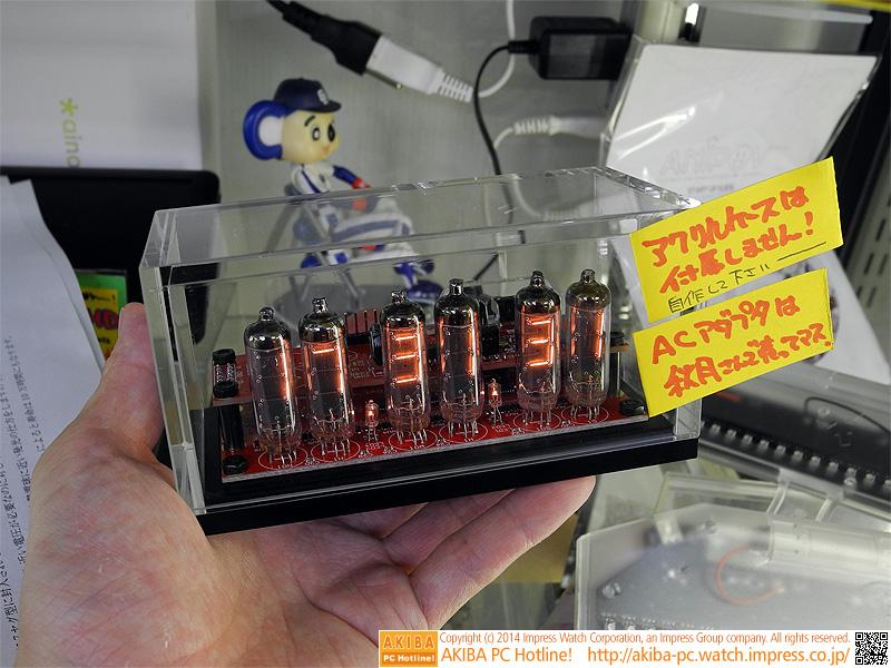 フィラメント管時計を自作できる電子工作キットが販売中。デモ機は組み立て後(アクリルケースとACアダプタは別売り)。