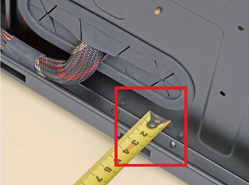 """【マザーボードベースと側板の距離が大切】<br class=""""""""><br class="""""""">マザーボードベースと側板の間に十分なスペースがないとケーブルが収まらず側板が閉まらなくなる。幅1.5cmは欲しいところ"""