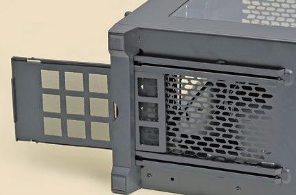 """【ホコリっぽい部屋には必須】<br class=""""""""><br class="""""""">電源は底面配置がスタンダードになっており、ホコリを吸い込みやすい構造。フィルタはぜひ欲しい"""