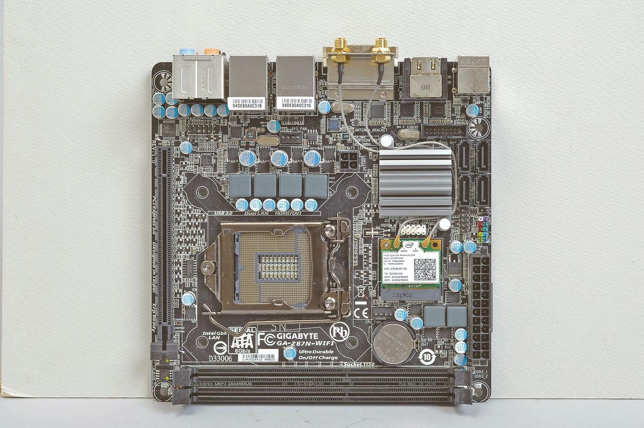 GIGA-BYTEのGA-Z87N-WIFIは、ピンヘッダとATX24ピンコネクタ、Serial ATAポートが右側に集中