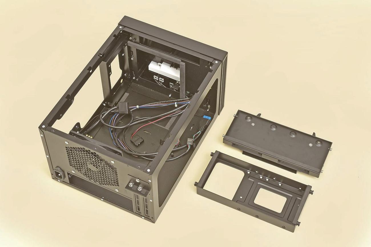 ISK600では、ベイユニットはツールレスで簡単に脱着できる。組み込み時にジャマになるので、あらかじめどちらも外しておこう