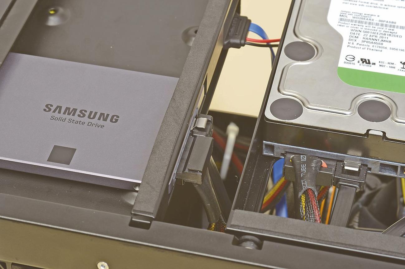 """<strong class="""""""">2:コネクタのスペースに注意</strong><br class="""""""">スリム光学ドライブ用のベイと3.5インチシャドーベイの隙間がかなり狭い。SSDに接続する電源とSerialATAコネクタは、L字形のものを使おう"""