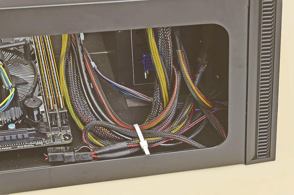"""<strong class="""""""">1:電源の根元でまとめる</strong><br class="""""""">電源とピンヘッダコネクタを接続したら、最初に電源ケーブルの根元付近で一旦ケーブルをまとめ"""