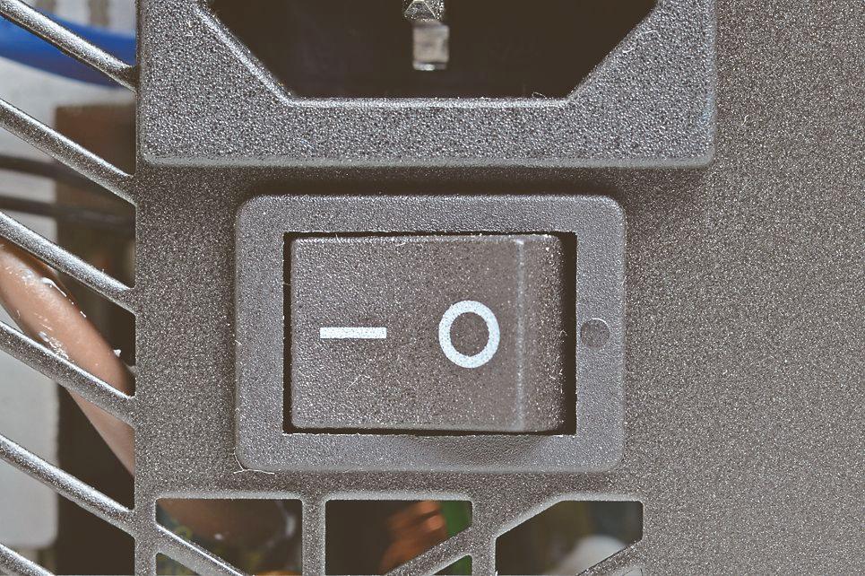 電源のスイッチは「-」がON、「○」がOFF。間違いやすいので注意したい