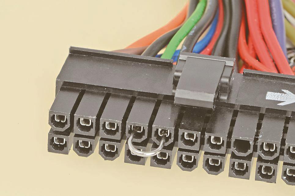 """<strong class="""""""">ATX20/24ピンコネクタのPS-ONとGNDをショートさせる</strong><br class="""""""">電源ユニットのケーブルすべてを外し、クリップなどを加工してUのカタチにして、ATXコネクタのPS-ON(緑色のケーブル) とG N D( 黒色のケーブル)をショートさせる"""