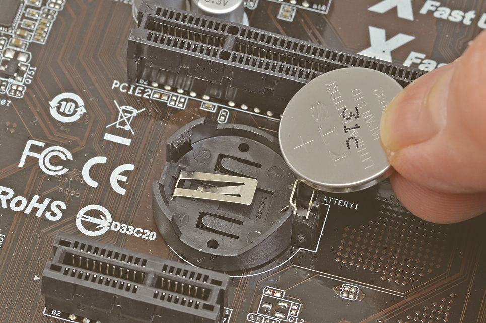 """【スイッチなどがない場合】<br class="""""""">UEFI初期化用のジャンパスイッチなどがない場合は、電源コンセントを抜いてからUEFIの設定内容を保持するために搭載されている電池を外し、10秒ほど待ってからもとに戻す。これでUEFIの設定は初期化される"""