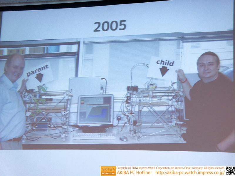 2005年に開発された最初のRepRap機。左が親機で、右がその親機で一部の部品が出力された子機