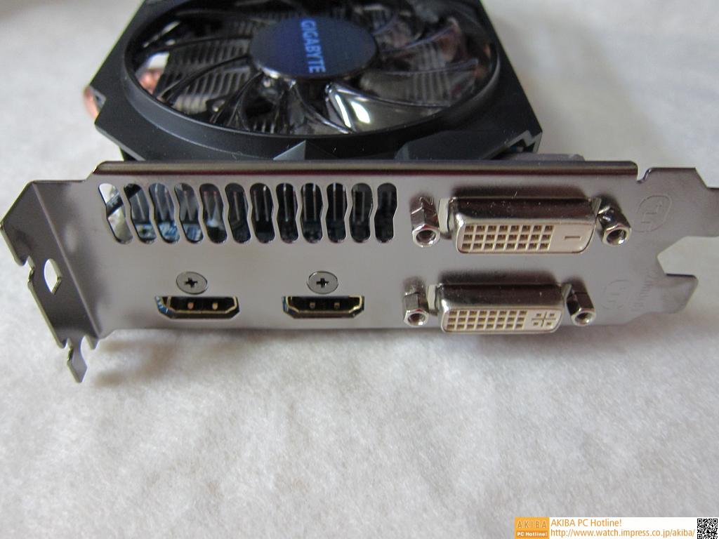 ディスプレイ出力として、HDMI×2、DVI-D×1、DVI-I×1を備える。