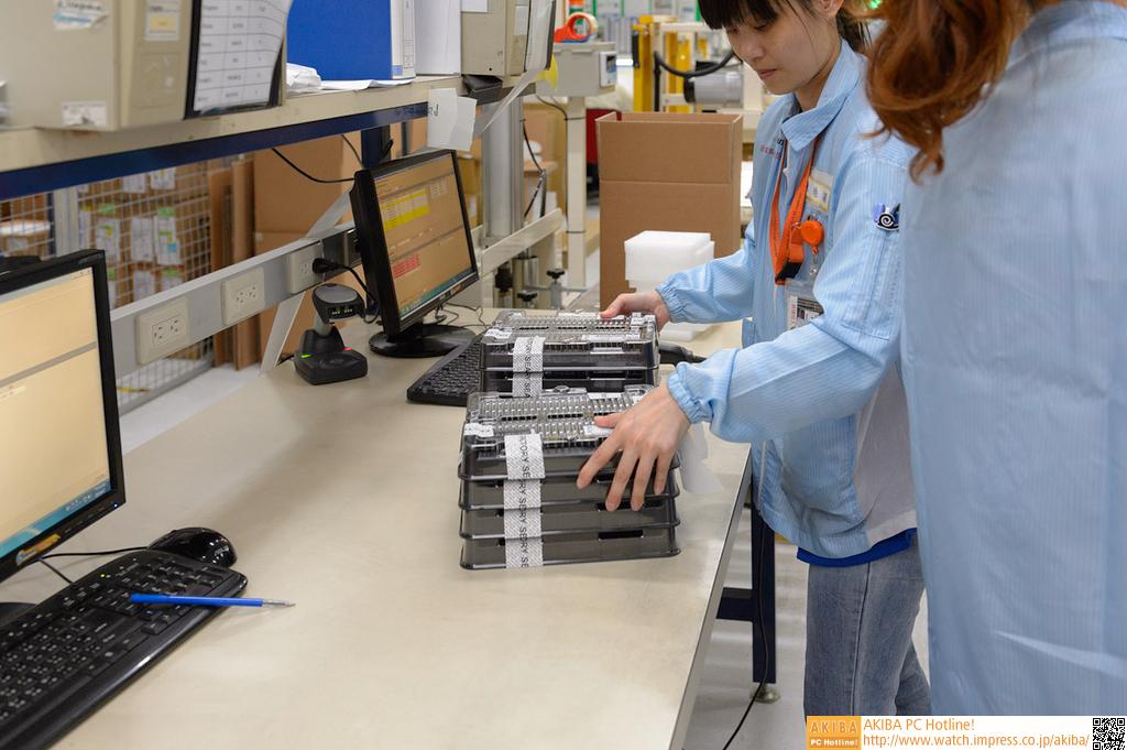 """<strong class="""""""">【出荷工程へ】</strong><br class="""""""">こうして、光学的な検査から、最終的な動作テストまで各種の検査をクリアしたモジュールが、出荷工程に回される。同工場では1階が倉庫や梱包のためのフロアだった。モジュールによっては、ヒートシンクを付けたり、ブリスターパックに入れられて出荷される。"""
