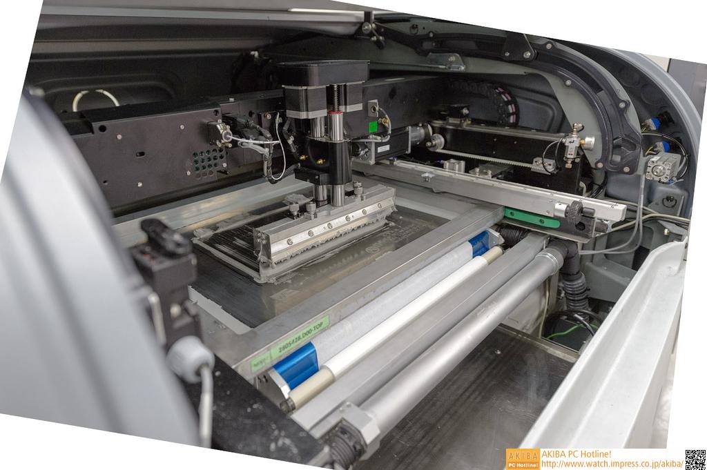 """<strong class="""""""">【ハンダの塗布】</strong><br class="""""""">実装の一番最初は、PCBにハンダを塗ることから始まる。液状のハンダが、印刷機のような機械のなかでPCBに盛られていく。光学的な検査機械もあり、ハンダが正しく盛られているかもチェックされた後、次の工程に流される。"""