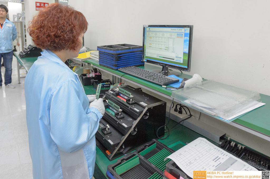 """<strong class="""""""">【SPDの書き込み】</strong><br class="""""""">SPDの書き込みも専用の機械がある。メモリソケットが3つ並んだ機械にそれぞれモジュールを挿し、スイッチを押すとSPDの書き込みが行われる。これは手作業だった。"""