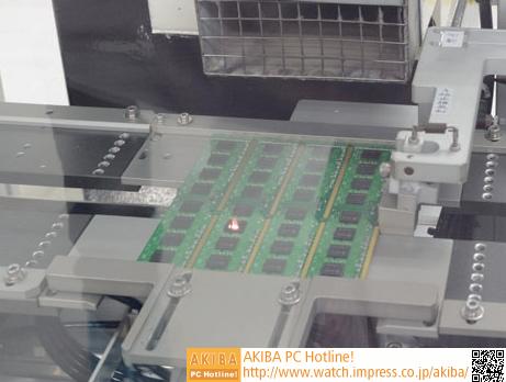 """<strong class="""""""">【レーザー刻印】</strong><br class="""""""">メモリチップへの刻印は、レーザーによって処理される。メモリ上には復数のDRAMチップが搭載されているが、機械が往復する間に、全てのチップにレーザー刻印が行われる。また、両面実装のメモリは表と裏、2回、同じ工程を行うことで完成する。この刻印の作業でも、前後に光学的な検査が行われ、ただしく刻印できたのかをチェックされる。"""