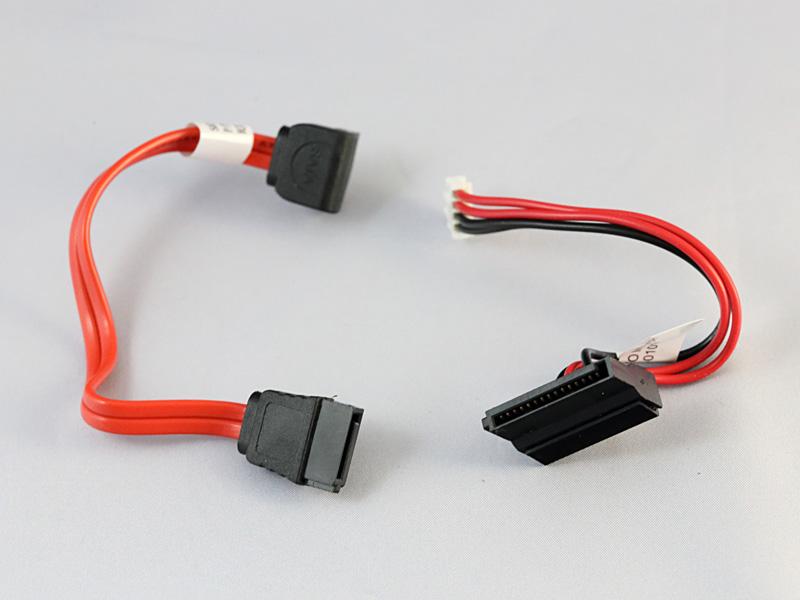 標準装備のSATAケーブルと電源ケーブル。別途ケーブルを用意することなく、2.5インチドライブを取り付け可能。