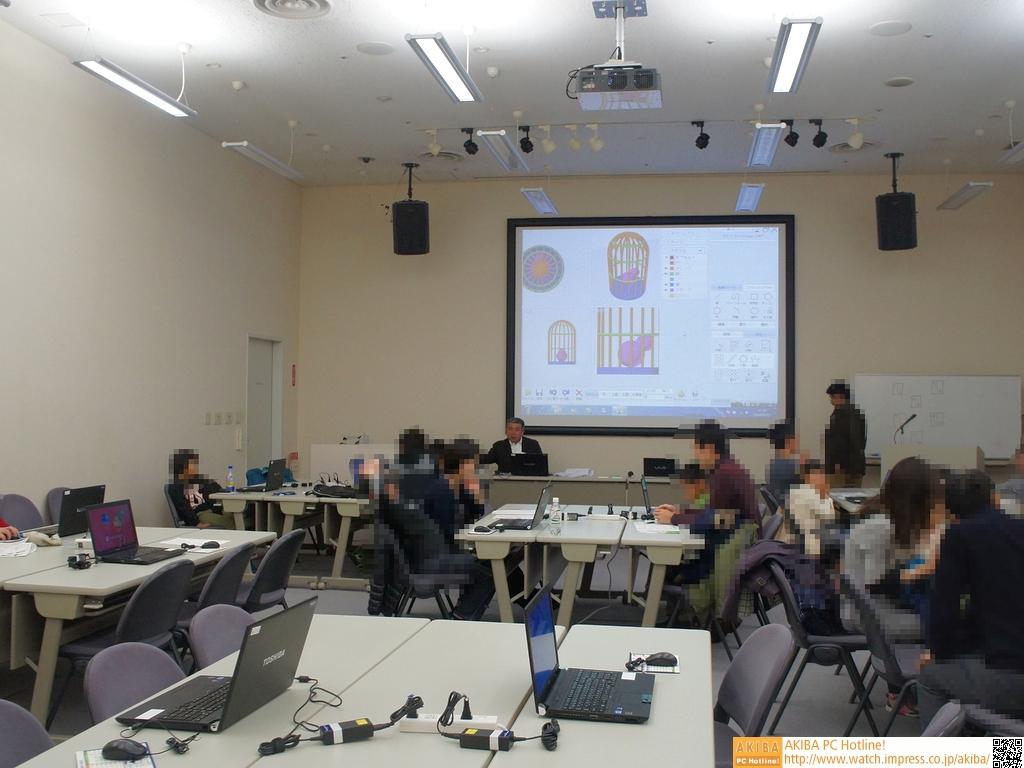 会場はかなり広く、机もゆったりと配置されていた。スクリーンも大きく見やすい