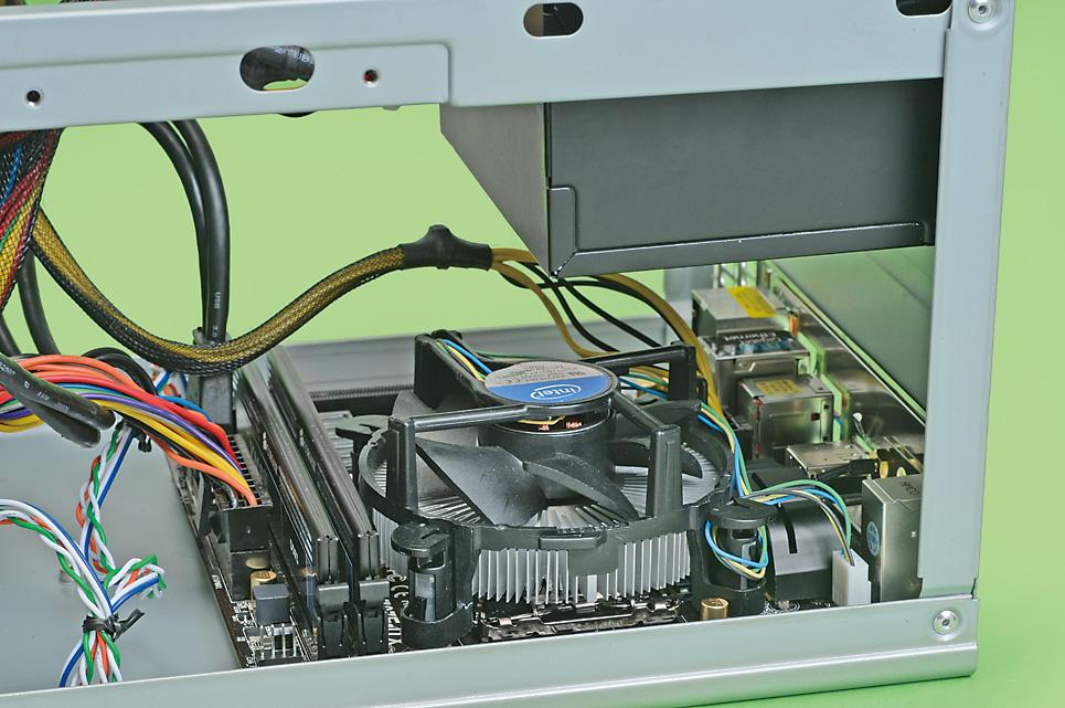 Mini-ITXなどの小型PCケースは内部も狭く、組み立てやパーツ交換の際には狭い場所に手を入れて作業しなければならず、作業がしにくいだろう