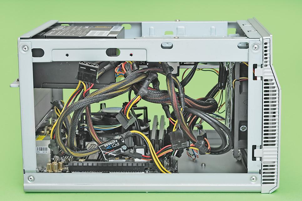 Mini-ITXなどのPCケースは内部が狭く、電源ケーブルやストレージケーブルなどがごちゃごちゃしやすい。スイッチ類の配線もおっくうだ