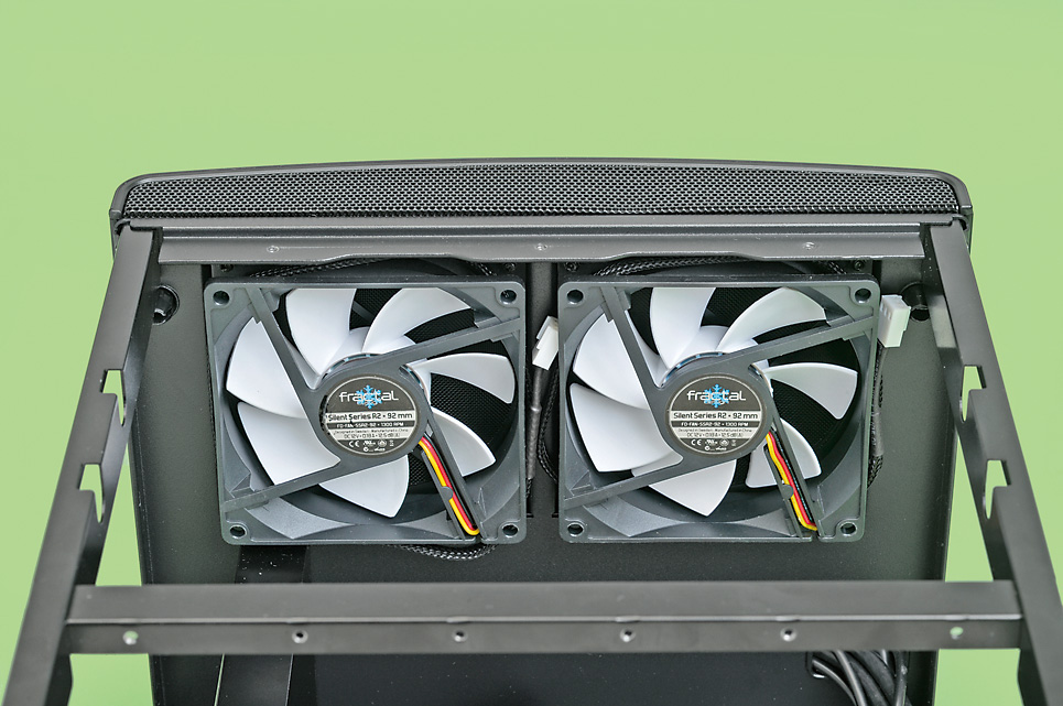 内部のスペースに余裕がないPCケースで高性能なシステムを冷却するには小さなファンを高速で回すしかない……静音性は期待できそうもない