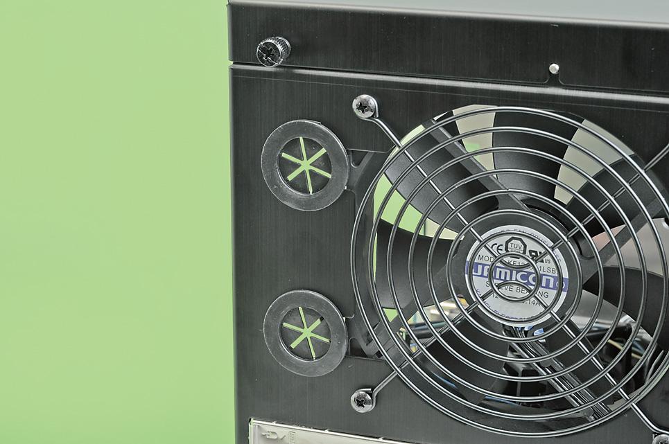 """ラジエータを外に出すことができる<br class="""""""">背面には12cm角ファンを装備する。その左側には水冷用ホールがある。これを使うことで本格水冷式クーラーのラジエータを外部に設置することも可能"""