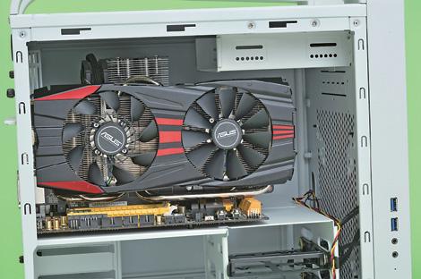 """大型のビデオカードを搭載可能<br class="""""""">33cmまでのビデオカードを搭載できる。背面の拡張スロットも四つ備えているので、SLIやCrossFireXにも対応できる"""