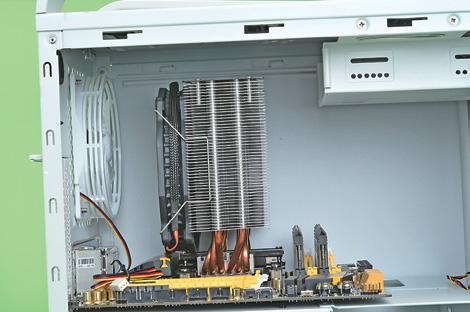 """大型CPUクーラーも使用できる<br class="""""""">電源などは底部にあるため、マザーボード上のスペースには十分余裕がある。5インチベイを使用する場合は干渉の可能性があるので注意しよう"""
