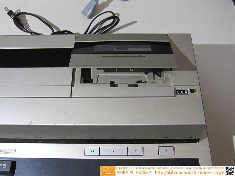 カセットデッキです。本体を分解する場合は、最初にカセットデッキをイジェクト状態にしないと上部カバーが外れません。