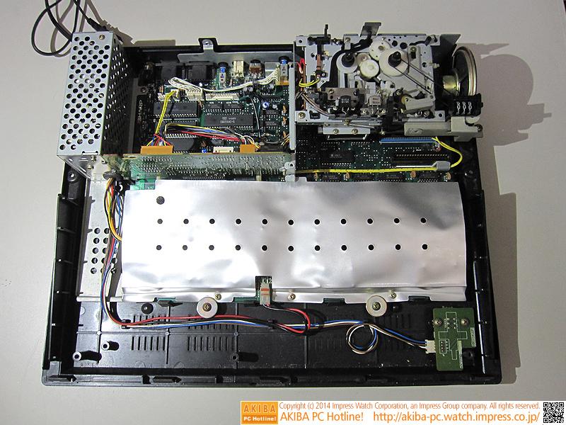 さらにキーボードを外しました。銀色のシールドを外すとシステムボード全体が現れます。