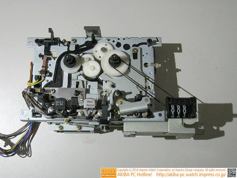 カセットデッキ部分です。ライバル機では実現できなかった2700ビット/秒の高速転送や、プログラム自動頭出しの高機能のテープ制御が可能です。