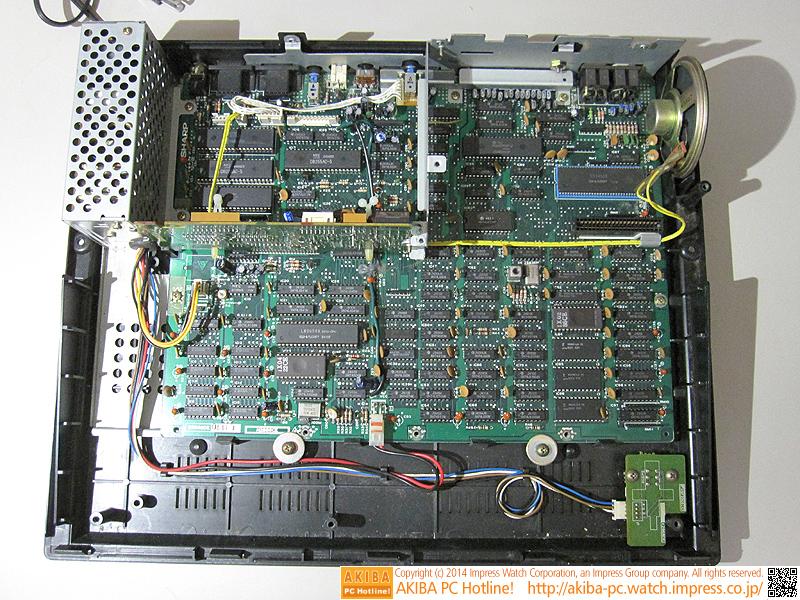 上部のパーツを取り外しました。全体が見えるようになったシステムボードはATXマザーボードとほぼ同じ大きさです。