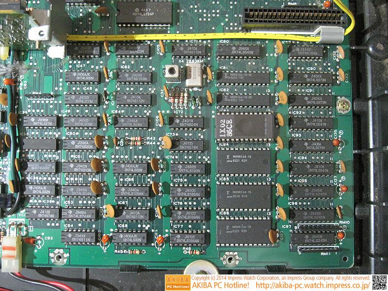 本体右下の様子。「SN」で始まる型番の汎用ICが多く見られます。中央近く「IX02 86CE」ROMにはフォントが記録されています。このROMを中心に下3つのICがPCG設定用のメモリ(6KB)で、上2つのICが文字表示用のメモリ(4KB)です。