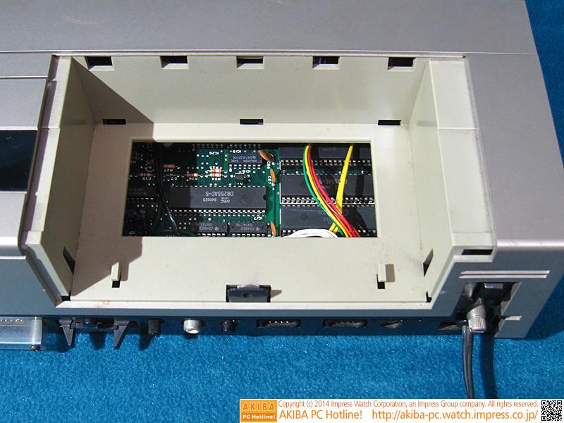 カセットデッキの隣のスペースにはプロッタプリンタが内蔵できます。
