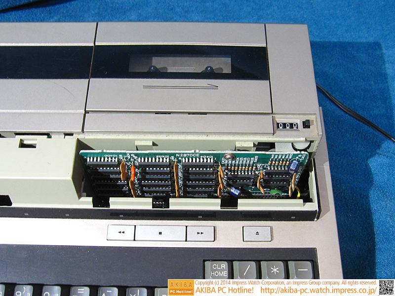 カセットデッキの手前にある基板はグラフィックメモリです。