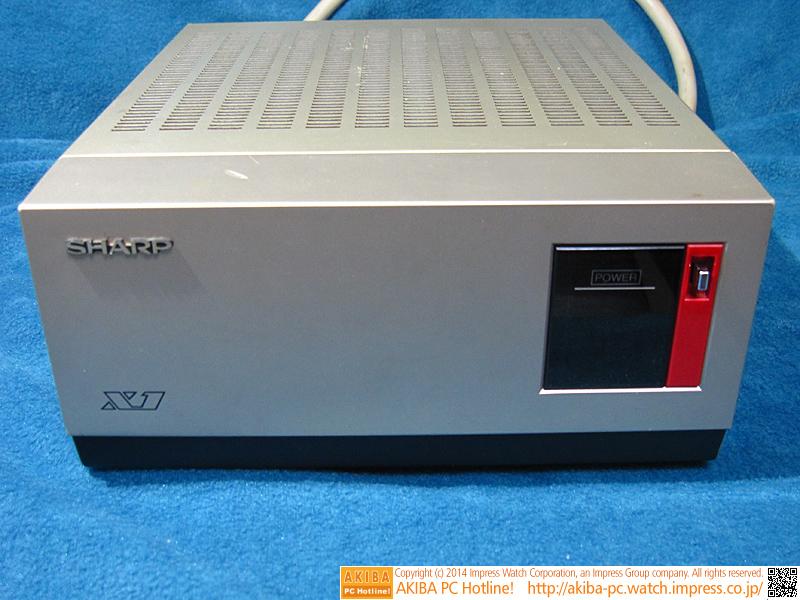 オプションの拡張カード増設用外付けボックス「CZ-81EB」です。本体色に合わせて、赤色モデルもあります。
