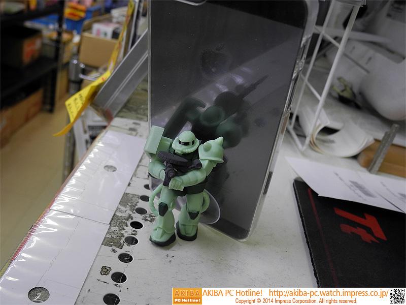 量産型ザクはオーニングシーンを再現したポージング。スマートフォンを背負っているように見える。