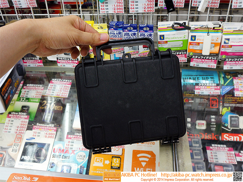 """アタッシュケース型HDD収納ボックス<br class="""""""">【関連記事】:(<a class="""""""" href=""""http://akiba-pc.watch.impress.co.jp/docs/news/news/20140718_658523.html"""">記事1</a>)"""