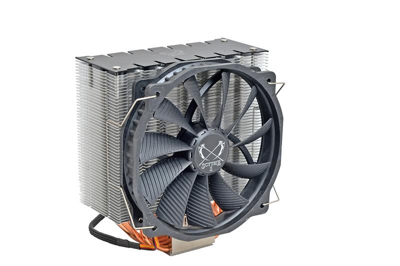 CPUクーラーは、低回転で大風量を得られる14cm径ファンを採用したサイズの「阿修羅」を採用。静かで冷却性能に優れるのがポイント。
