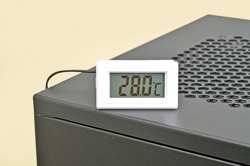 ケース内部の熱だまりになりそうな部分の温度は温度計で計測した