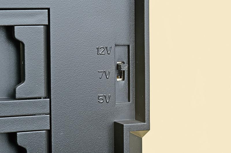 Define R4にはファンコントローラが付属しており、12V、7V、5Vと供給電圧を変えることでケースファンの回転数を変えることができる